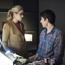 Arrow: Emily Bett Rickards e Brandon Routh in Canaries