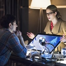 Arrow: Brandon Routh ed Emily Bett Rickards interpretano Ray e Felicity in Canaries