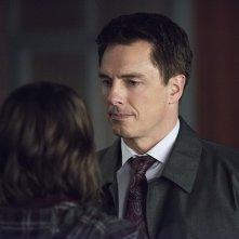 Arrow: Willa Holland e John Barrowman in una scena dell'episodio Canaries