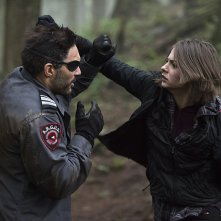Arrow: una scena di lotta interpretata da Willa Holland e Manu Bennett in The Return