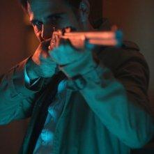 Constantine: il protagonista Matt Ryan in una scena del season finale, intitolato Waiting for the Man