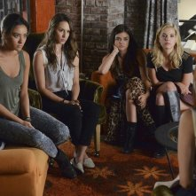 Pretty Little Liars: Shay Mitchell, Troian Bellisario, Lucy Hale e Ashley Benson in Oh What Hard Luck Stories They All Hand Me