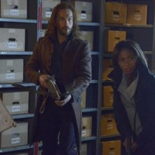 Sleepy Hollow: Ichabod (Tom Mison) e Abbie (Nicole Beharie) in una scena di Spellcaster