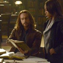 Sleepy Hollow: i protagonisti Tom Mison e Nicole Beharie in una scena dell'episodio Spellcaster