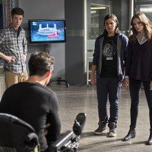 The Flash: Grant Gustin, Tom Cavanagh, Carlos Valdes e Danielle Panabaker nella puntata The Nuclear Man