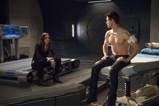 The Flash: Caitlin (Danielle Panabaker) e Ronnie (Robbie Amell) in una scena di The Nuclear Man