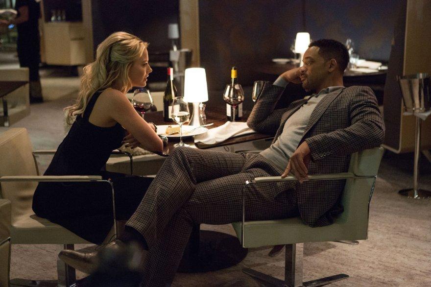 Focus - Niente è come sembra: Will Smith con Margot Robbie in una scena