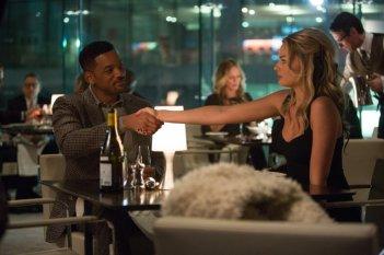 Focus - Niente è come sembra: Will Smith in una scena del film d'azione insieme a Margot Robbie