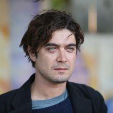 Nessuno si salva da solo: Riccardo Scamarcio nel ruolo di Gaetano in una scena