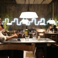 Nessuno si salva da solo: Riccardo Scamarcio a cena con Jasmine Trinca in una scena del film