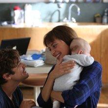Nessuno si salva da solo: Riccardo Scamarcio sorridente con Jasmine Trinca in una scena del film