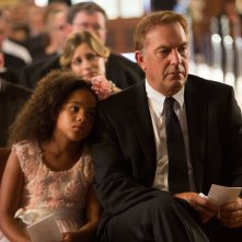 Black or White: Kevin Costner insieme a Jillian Estell in una scena