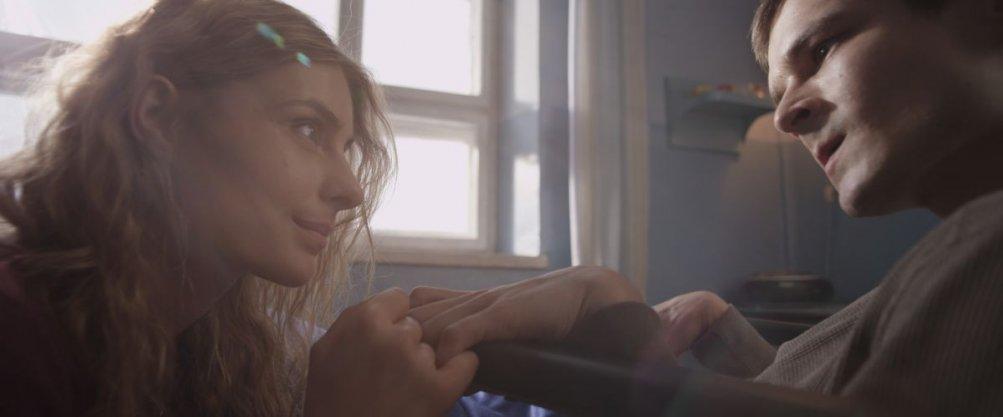 Io sono Mateusz: Katarzyna Zawadzka insieme a Dawid Ogrodnik in una scena del film