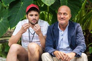 Ma che bella sorpresa: Frank Matano discute con Claudio Bisio in una scena del film