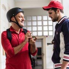 Ma che bella sorpresa: Claudio Bisio con Frank Matano in una scena del film