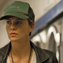 Dark Places - Nei luoghi oscuri: un primo piano di Charlize Theron con un cappello da baseball in testa