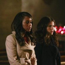 How To Get Away With Murder: le attrici Aja Naomi King e Karla Souza in una scena della puntata The Night Lila Died
