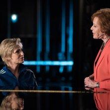 Glee: una scena dell'episodio The Rise and Fall of Sue Sylvester interpretata da Carol Burnett e Jane Lynch