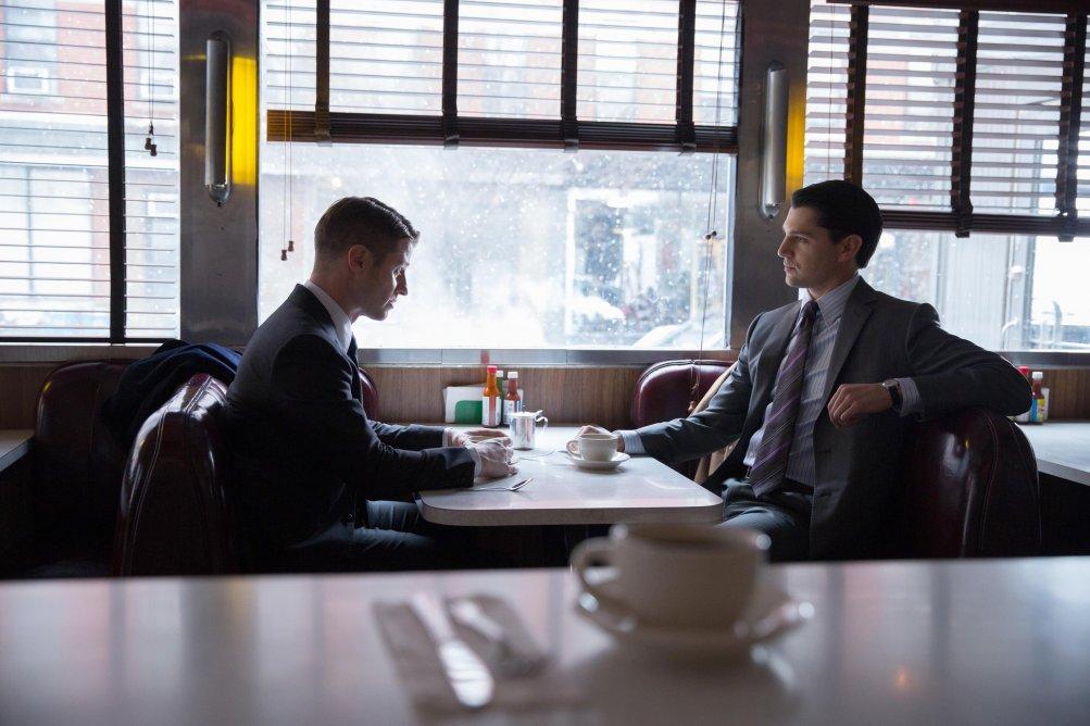 Gotham: Ben McKenzie e Nicholad D'Agosto in una scena dell'episodio Everyone Has a Cobblepot