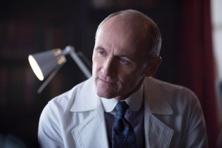 Gotham: Colm Feore interpreta il Dr. Francis Dulmacher in Everyone Has a Cobblepot