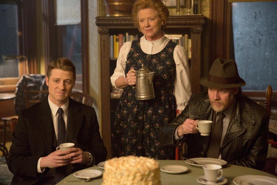 Gotham: Donal Logue, Becky Ann Baker e Ben McKenzie inEveryone Has a Cobblepot