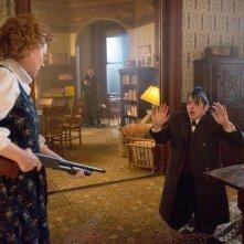 Gotham: Becky Ann Baker e Robin Lord Taylor in Everyone Has a Cobblepot