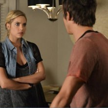 Pretty Little Liars: Ashley Benson interpreta una scena con Tyler Blackburn nell'episodio Over a Barrel