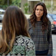 Pretty Little Liars: l'attrice Shay Mitchell in una scena dell'episodio To Plea or Not to Plea