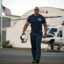 San Andreas: Dwayne Johnson cammina col casco in mano