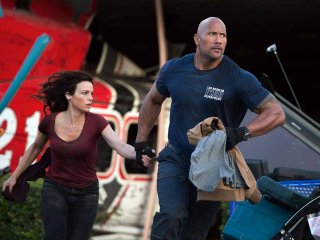 San Andreas: Dwayne Johnson e Carla Gugino in fuga