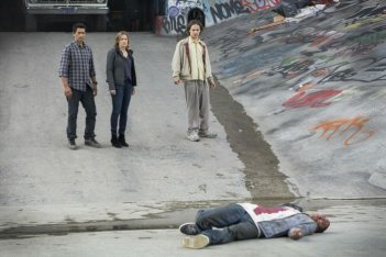 Fear the Walking Dead: Kim Dickens, Frank Dillane e Cliff Curtis di fronte a un cadavere