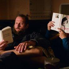 La famiglia Belier: Karin Viard con François Damiens in relax sul divano in una scena