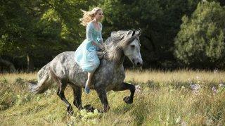 Cinderella: Lily James a cavallo nei prati