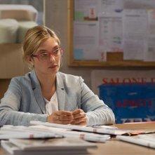 Tempo instabile con probabili schiarite: Carolina Crescentini nel ruolo di Paola la contabile in una scena