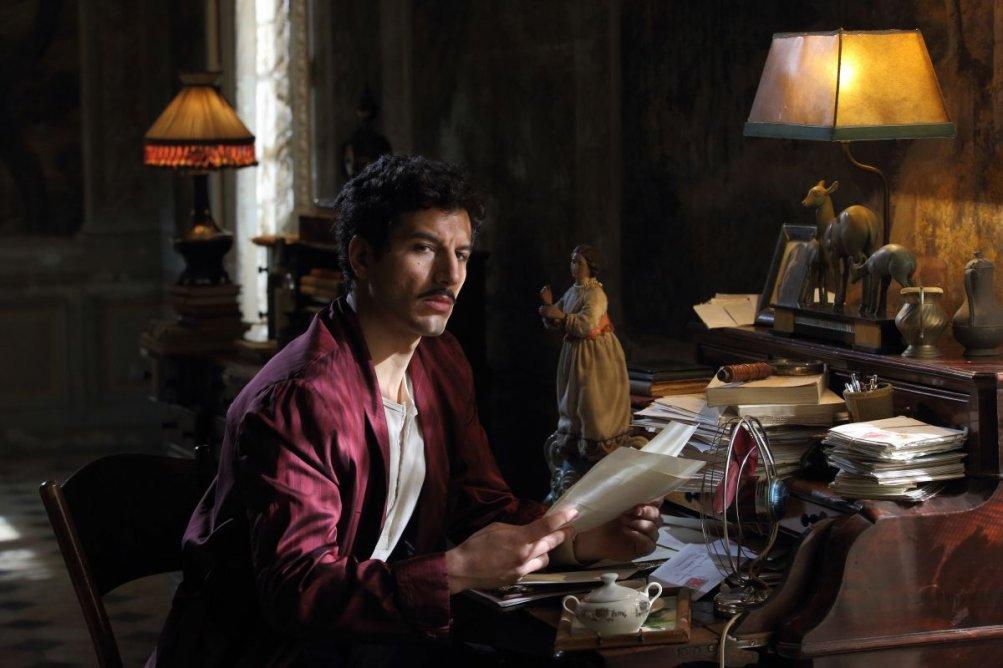 Latin Lover: il seducente sguardo di Francesco Scianna in una scena del film