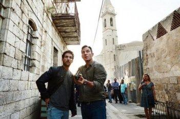 Dig: Jason Isaacs e Ori Pfeffer nel primo episodio