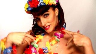 Onde Road: Barbara Cambrea con il suo look floreale in una scena del documentario
