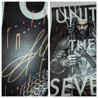 Aquaman: Jason momoa lancia il guanto di sfida a Marvel firmando un poster a una fan