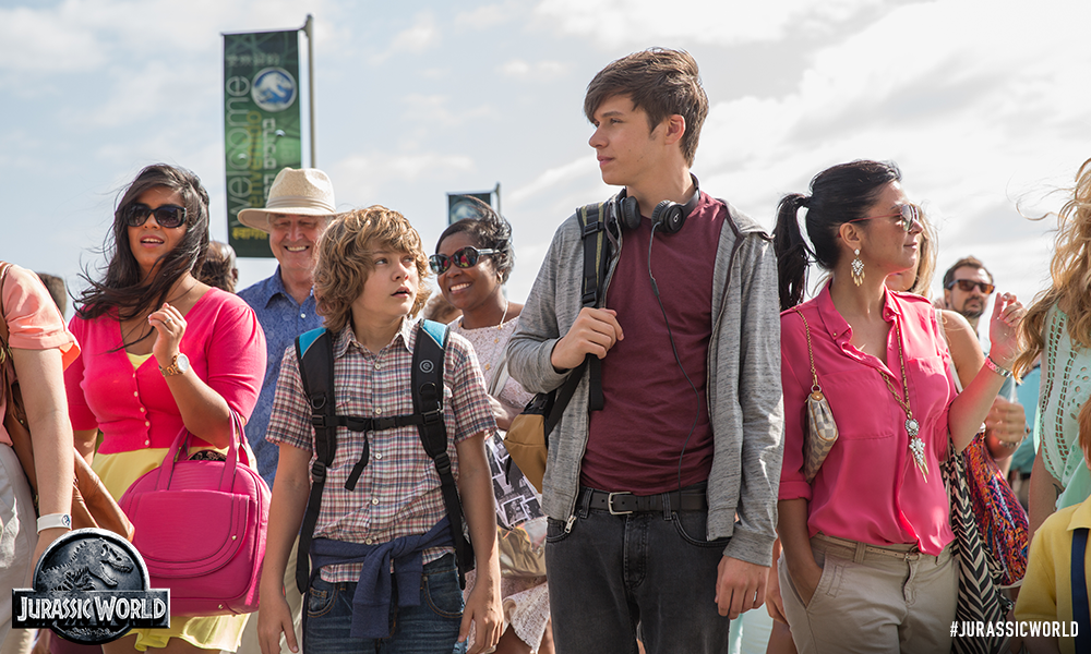 Jurassic World: Ty Simpkins e Nick Robinson in una scena del film