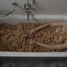 N-Capace: Eleonora Danco fa il bagno nei biscotti in una scena