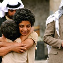 Bekas - In viaggio per la felicità: Zamand Taha e Sarwar Fazil si abbracciano in un'immagine del film