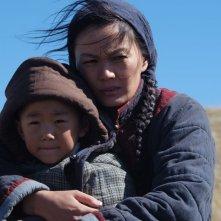 L'ultimo lupo: Ankhnyam Rachaa col suo bambino in una scena del film di Jean-Jaques Annaud