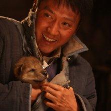 L'ultimo lupo: Feng Shao-feng sorride con in braccio il suo lupo in una scena