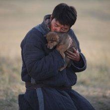 L'ultimo lupo: Feng Shao-feng col suo fedele amico lupo in una scena del film di Jean-Jaques Annaud
