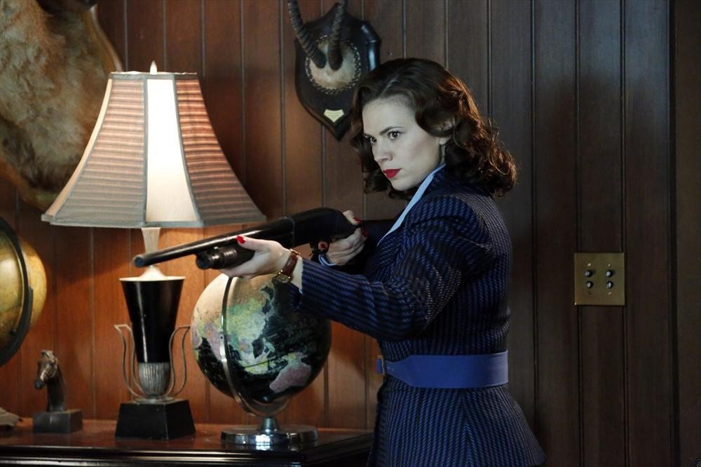 Agent Carter: Peggy Carter (Hayley Atwell) in azione nell'episodio Valediction