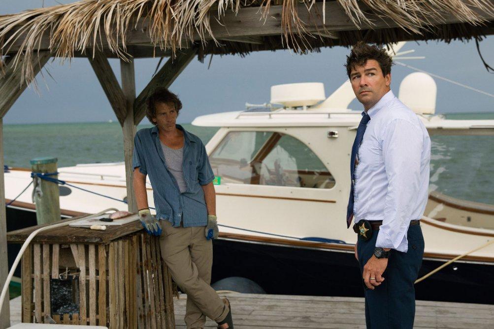Bloodline: Kyle Chandler e Ben Mendelsohn in una scena della serie Netflix