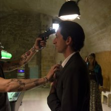 Third Person: Adrien Brody viene minacciato da Vinicio Marchioni in una scena