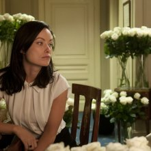 Third Person: Olivia Wilde circondata da fiori in una scena del film