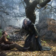 Into the Woods: Meryl Streep e James Corden nel bosco in una scena del film