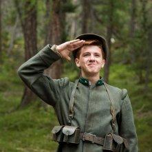 Soldato semplice: Antonio Orefice sorridente sull'attenti in una scena